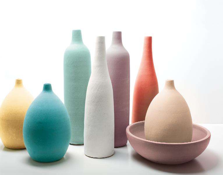 Des bouteilles d coratives multicolores peintures julien - Modele de decoration de vase en verre ...